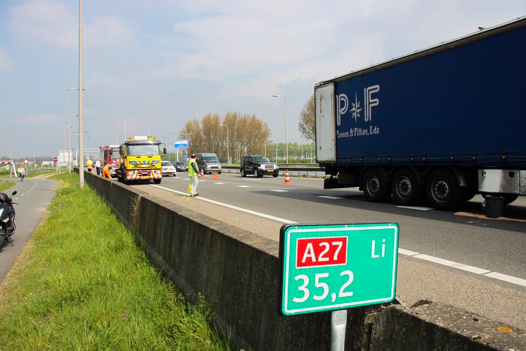Lekkage in vrachtwagen na ongeval A27 Gorinchem (1)