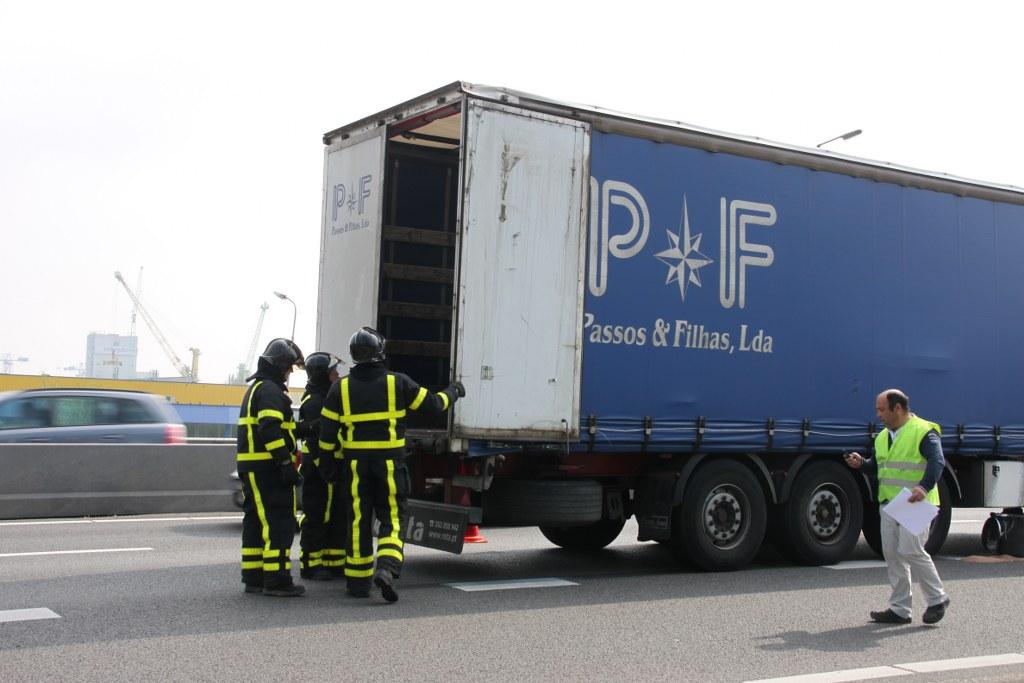 Lekkage in vrachtwagen na ongeval A27 Gorinchem (2)