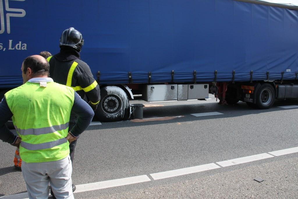 Lekkage in vrachtwagen na ongeval A27 Gorinchem (4)