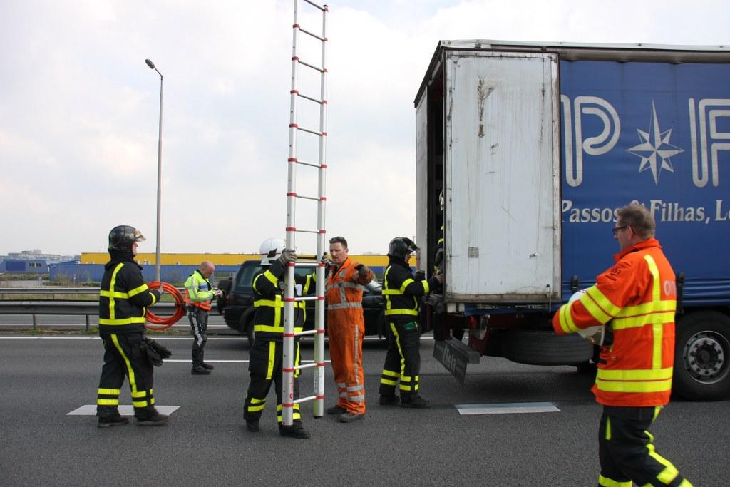 Lekkage in vrachtwagen na ongeval A27 Gorinchem (6)