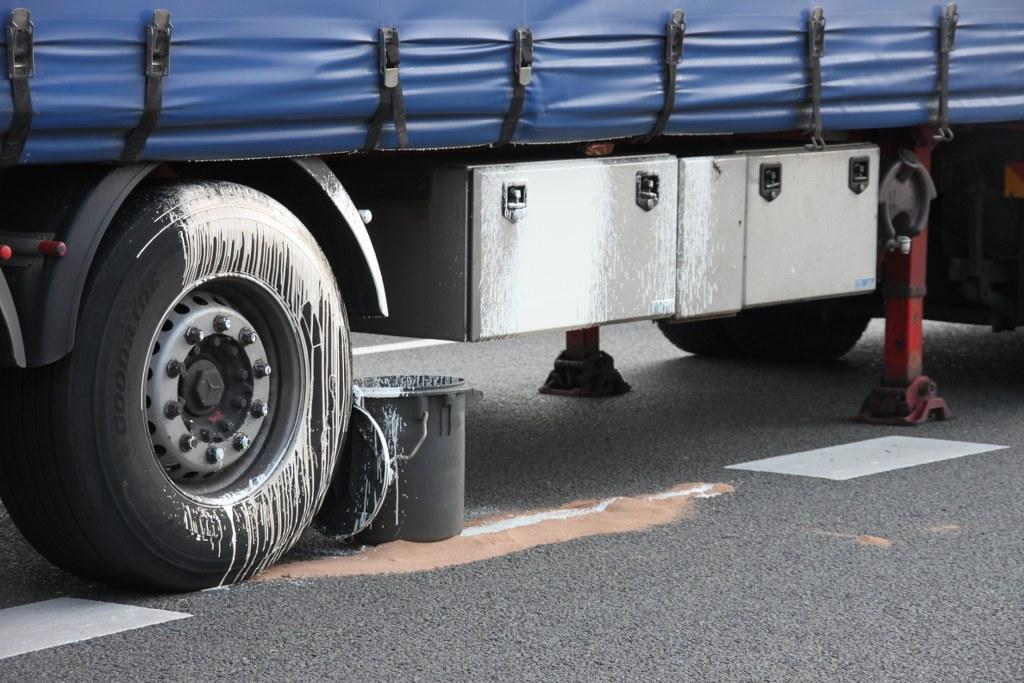 Lekkage in vrachtwagen na ongeval A27 Gorinchem (7)