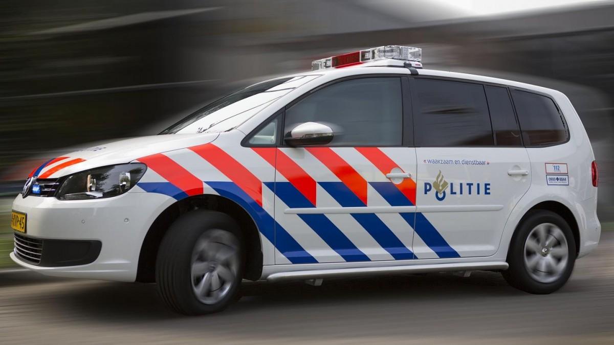 Minderjarige Jongens Dansen Op Politieauto En Worden