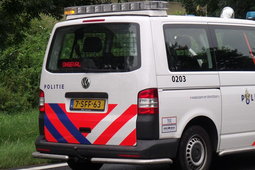 Auto slipt en botst op boom oprit N3 Papendrecht (2)