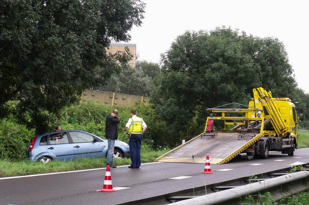 Auto slipt en botst op boom oprit N3 Papendrecht (3)