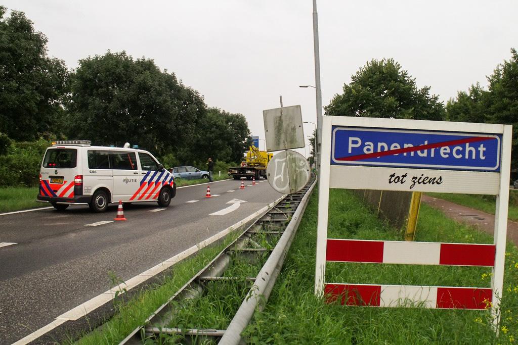 Auto slipt en botst op boom oprit N3 Papendrecht (5)