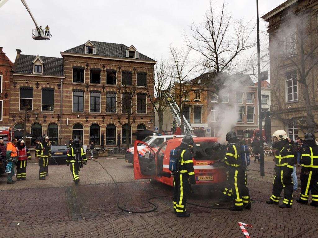 Tijdens de bluswerkzaamheden ontstond op het parkeerterrein brand in een bestelbus