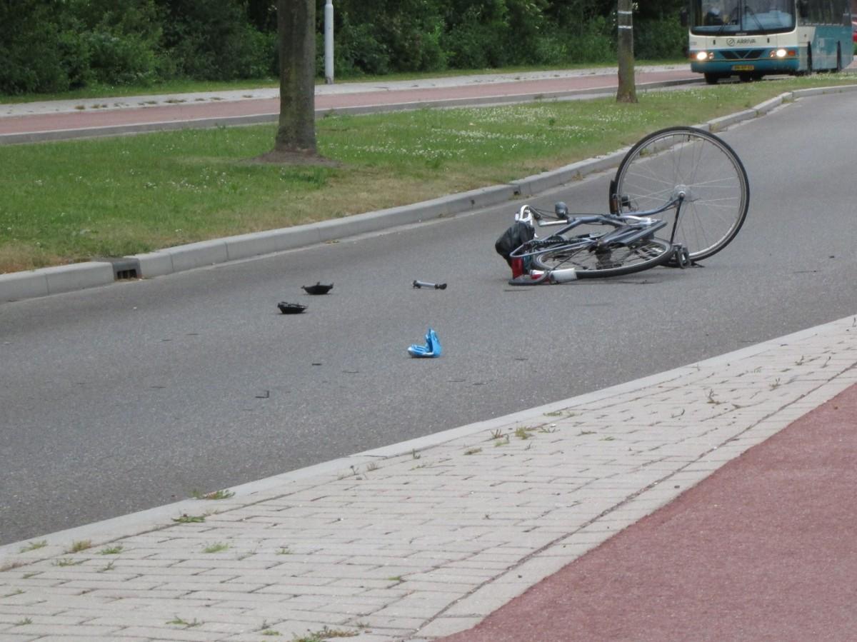 Fietser door auto geschept op de Willem Dreeslaan in Papendrecht ...: www.zhzactueel.nl/2015/06/13/fietser-door-auto-geschept-op-de...
