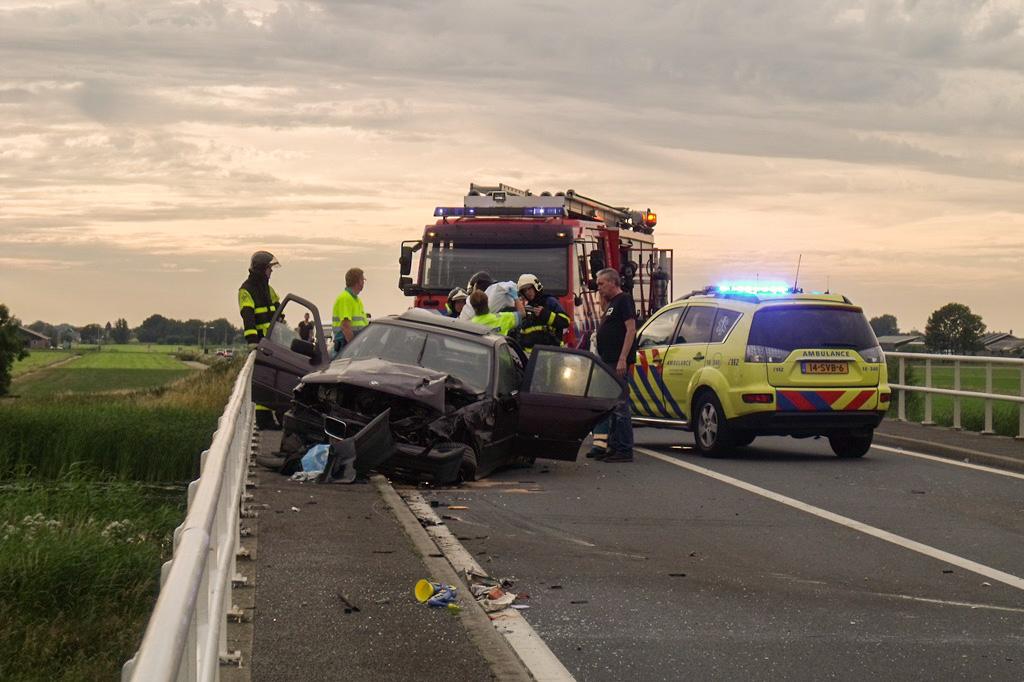 Auto knalt op brugleuning Zijdeweg Nieuw-Lekkerland (1)