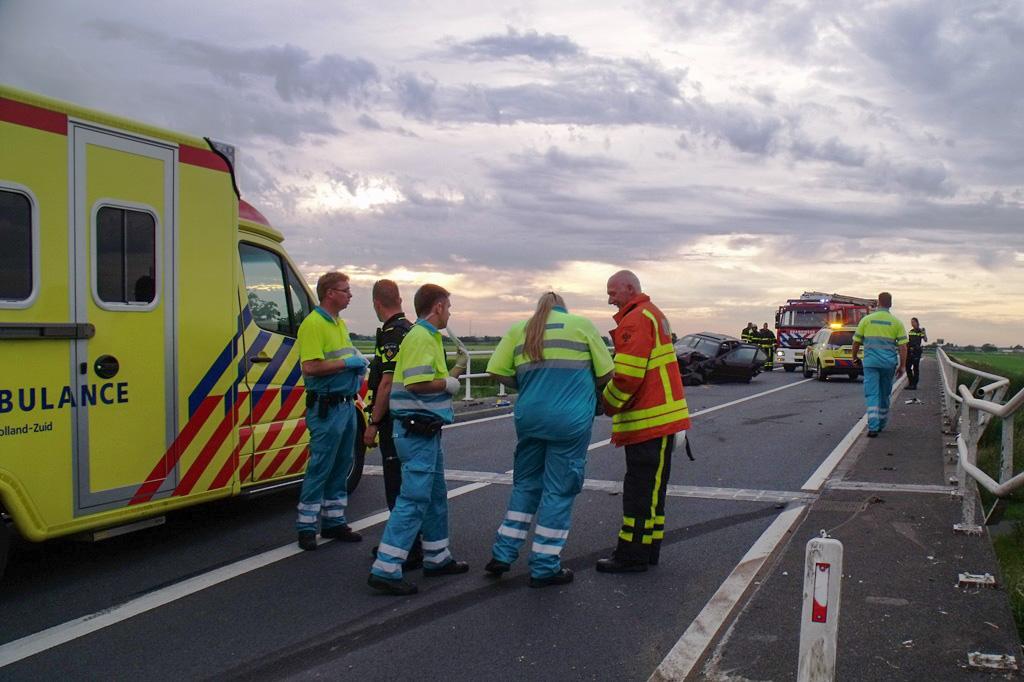 Auto knalt op brugleuning Zijdeweg Nieuw-Lekkerland (5)