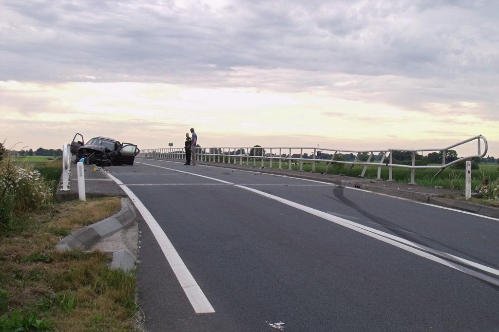 Auto knalt op brugleuning Zijdeweg Nieuw-Lekkerland (6)