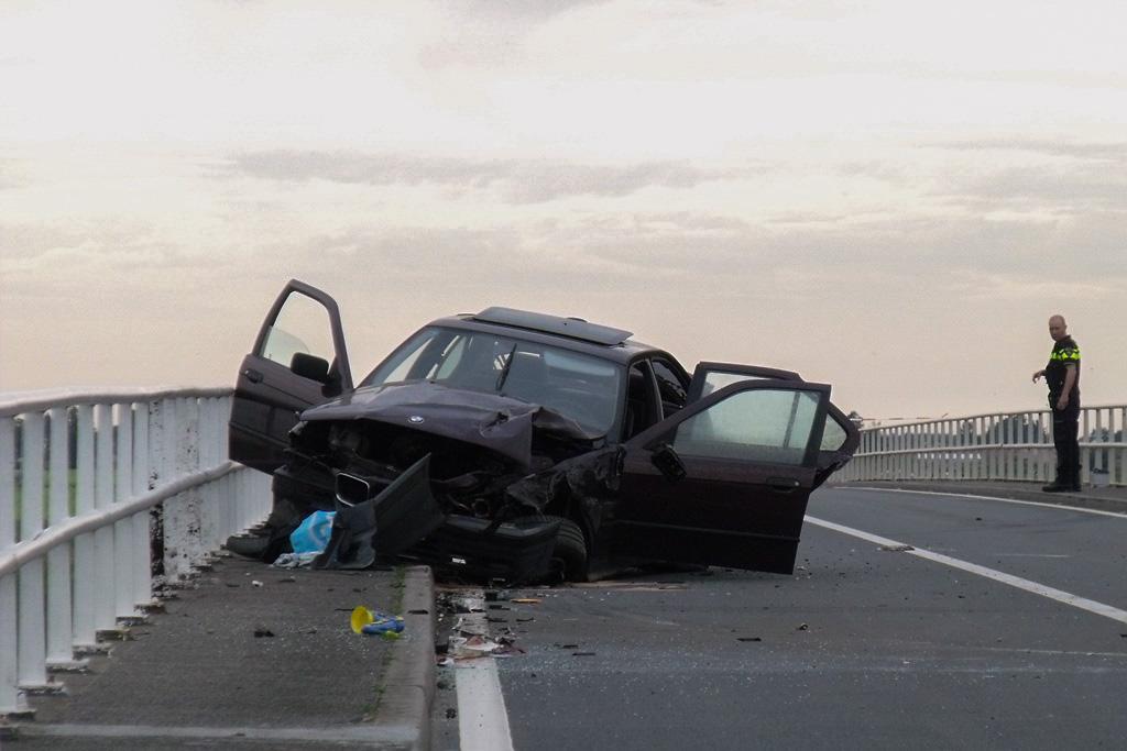 Auto knalt op brugleuning Zijdeweg Nieuw-Lekkerland (7)