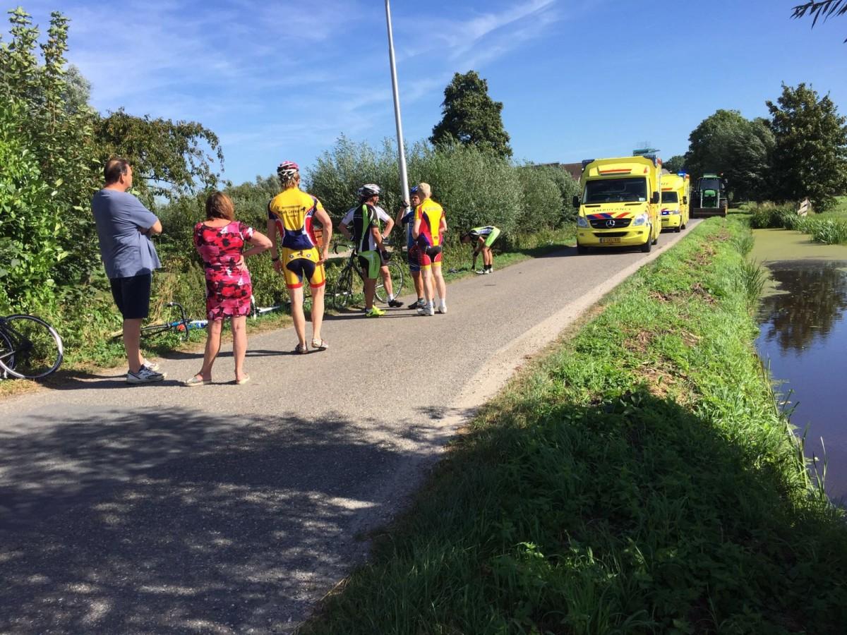 Groep wielrenners ten val in Brandwijk; twee gewonden - ZHZActueel