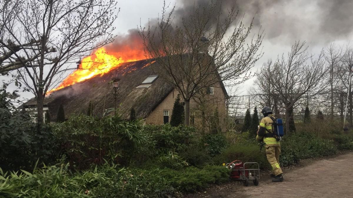 Grote uitslaande brand in woonboerderij in Brandwijk - ZHZActueel