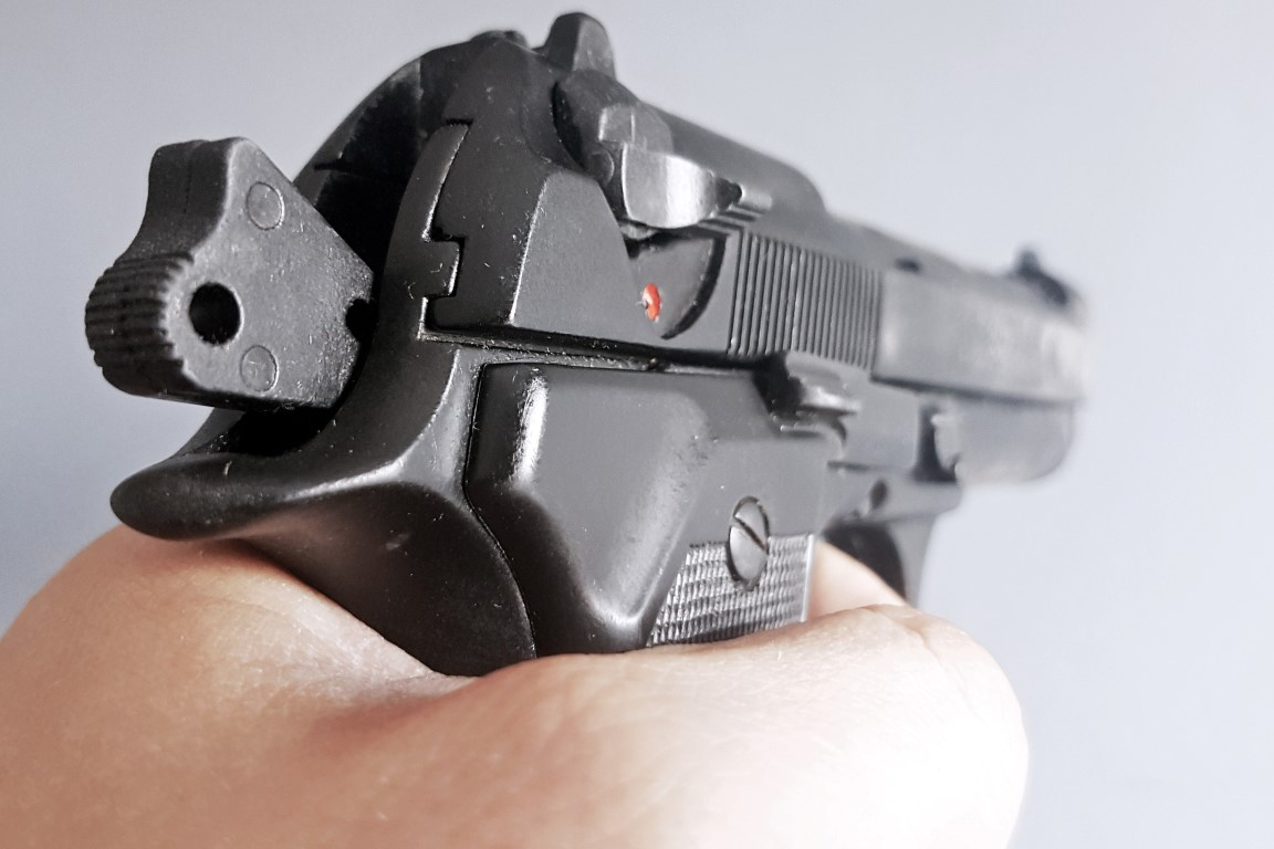 Schoudertas Wapen : Politie houdt vier mannen met vuurwapen en mes aan in